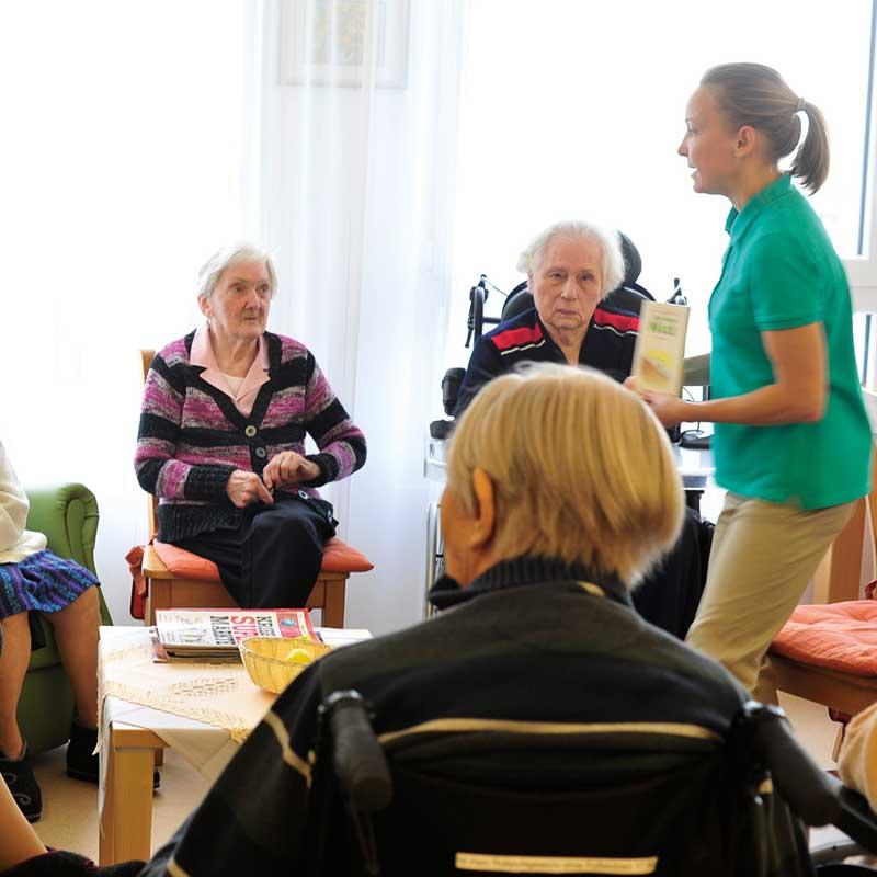 Physiotherapeutin mit alten Menschen im Matthias Claudius Haus in Aschaffenburg.
