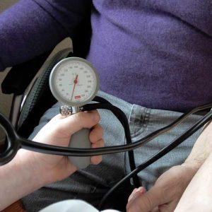 Ambulanter Pflegedienst beim Blutdruckmessen.