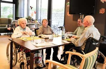 Senioren am Nachmittgastisch in den Schöntalhöfen.